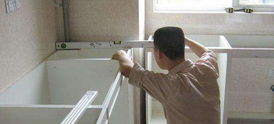 橱柜安装水平尺测量